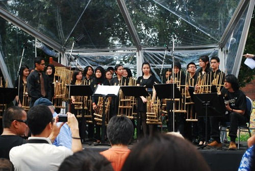 The MC was explaining about angklung to the audience