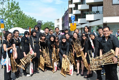 The (almost) full angklung team